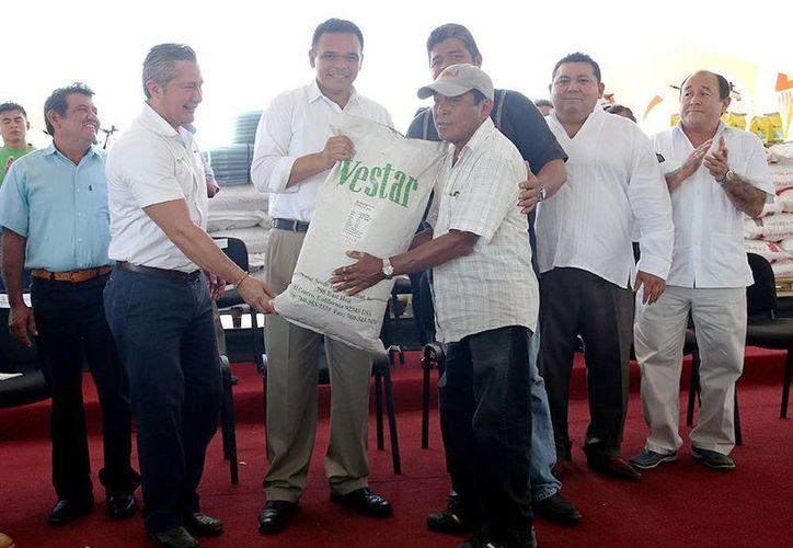 Se distribuyeron fertilizantes a  productores agrícolas en Temax. (Milenio Novedades)