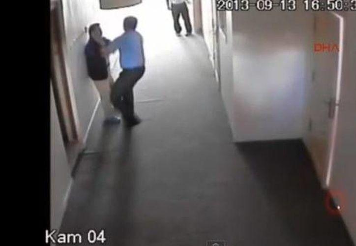 La noticia del incidente se difundió con rapidez entre los padres de los estudiantes del centro de educación. (YouTube)