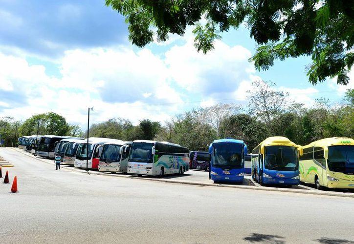 A diario Chichén Itzá recibe numerosos autobuses. La tarifa por vehículo será de 30 pesos, mientras que para autobuses será de 40 pesos. (Milenio Novedades)