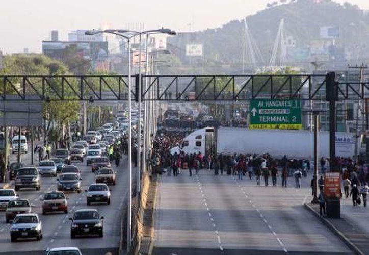 Tras el bloqueo de la CNTE en zonas cercanas al aeropuerto (foto), el titular de la SSPDF advirtió que no traten de ingresar al Zócalo este miércoles. (Notimex)