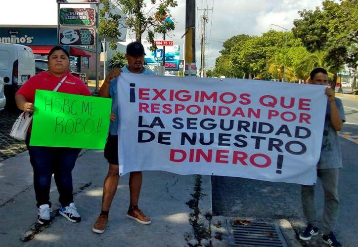 Los cuentahabientes que perdieron su dinero han protestado contra las instituciones bancarias. (Harold Alcocer/SIPSE)