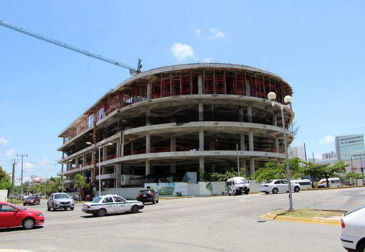 El complejo contará con espacios para restaurantes, salas de cine, y un espejo de agua al interior. (Paola Chiomante/ SIPSE)