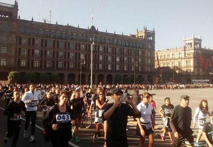 Los deportistas corrieron por Paseo de la Reforma y Avenida Juárez hasta llegar a la calle de Madero para arribar al Zócalo capitalino. (@rodrigosa90)