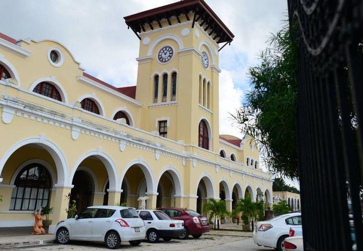 La exestación de ferrocarriles recuerda la arquitectura musulmana. (Milenio Novedades)