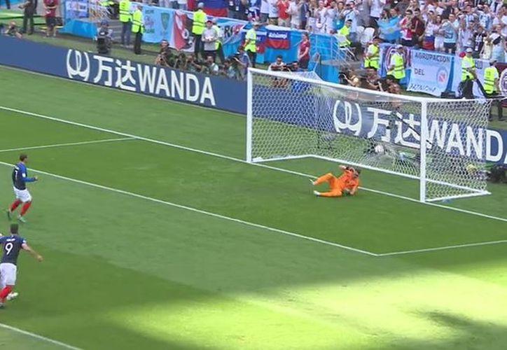 Con mucha calma y mucho talento, Griezmann, que había estrellado una pelota en el travesaño, puso arriba 1-0 a Francia sobre Argentina (Foto: Twitter @Chiringuito TV)
