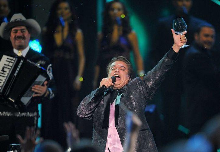 Juan Gabriel celebra sus 45 años de carrera musical con la serie 'Hasta que te conocí' y con una gira. (posta-com.mx)
