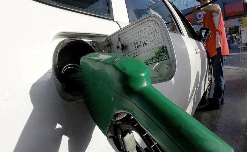 La gasolina de bajo y alto octanaje está entre los productos más caros en el país. (Notimex/archivo)
