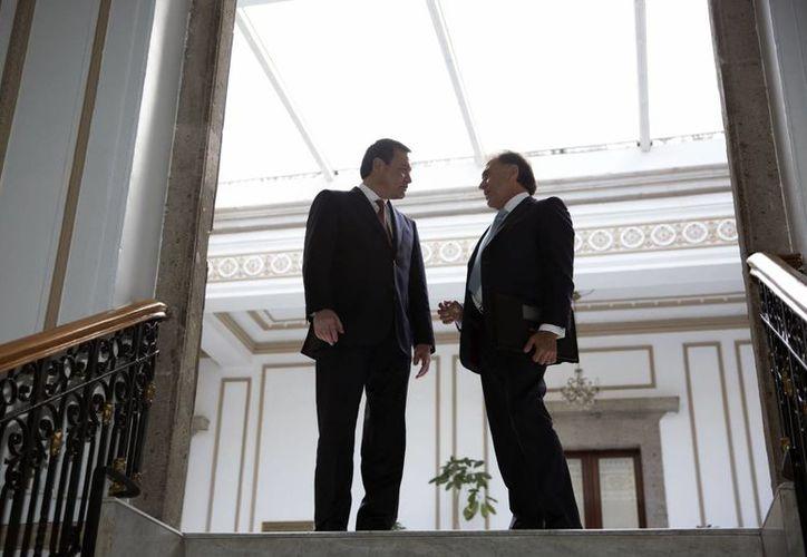El secretario de Gobernación, Miguel Ángel Osorio Chong, sostuvo una reunión con el gobernador electo del estado de Veracruz, Miguel Ángel Yunes Linares. En la imagen, ambos funcionarios  en el palacio de Bucareli, el lunes 7 de noviembre de 2016. (Notimex)