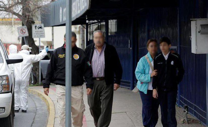 Tras el tiroteo en el Colegio Americano del Noreste, los alumnos fueron sacados de la escuela y entregados a sus padres. (twitter.com/CNNMex)