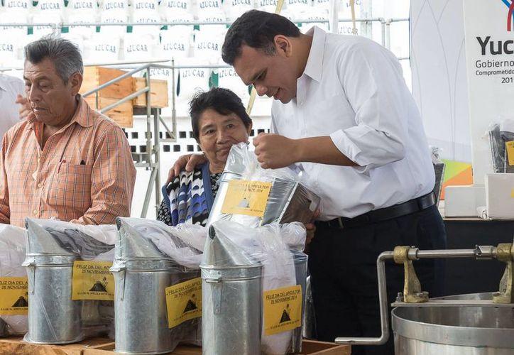 En el marco del Día del Apicultor, celebrado en la Feria de Xmatkuil, el gobernador Rolando Zapata Bello entregó apoyos al sector apícola de Yucatán. (SIPSE)