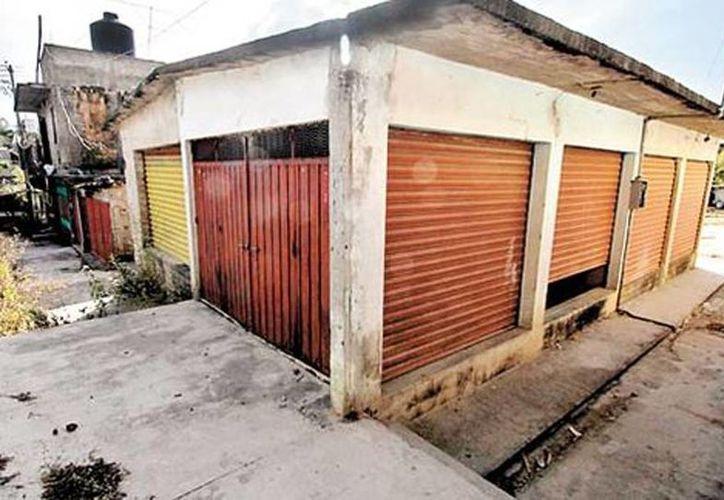 Varios negocios cerraron por la inseguridad en Apaxtla.   (Omar Franco/Milenio)
