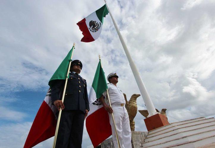 Con el izamiento de la bandera monumental en la explanada del malecón iniciaron los eventos del mes patrio. (Gustavo Villegas/SIPSE)