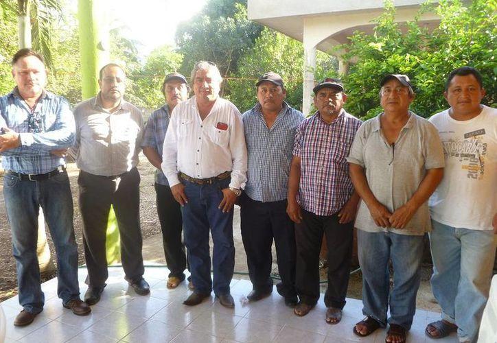 La directiva de ejidatarios, luego de una reunión en El Cedral. (Raúl  Balam/SIPSE)