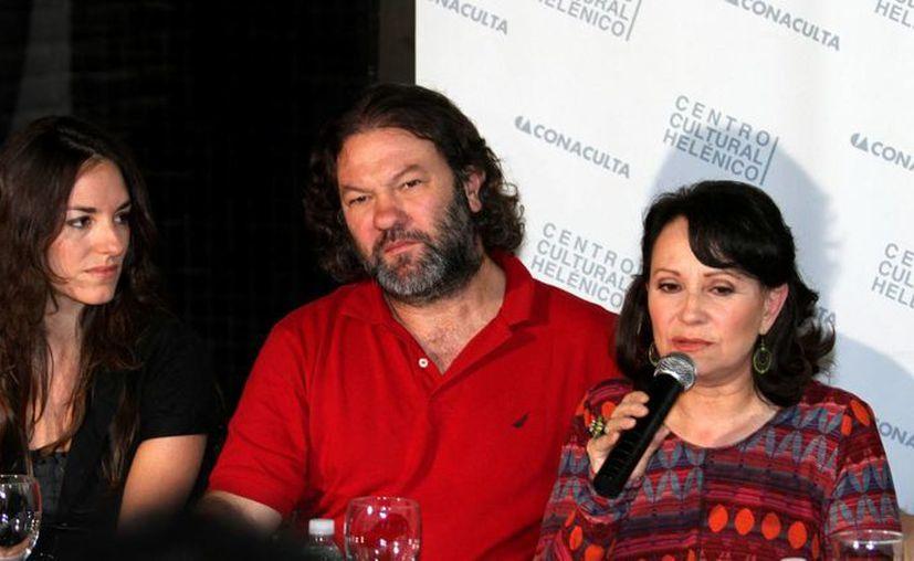 Adriana Barraza (d) durante una conferencia donde habló de su trayectoria de 40 años como actriz. (Notimex/Archivo)