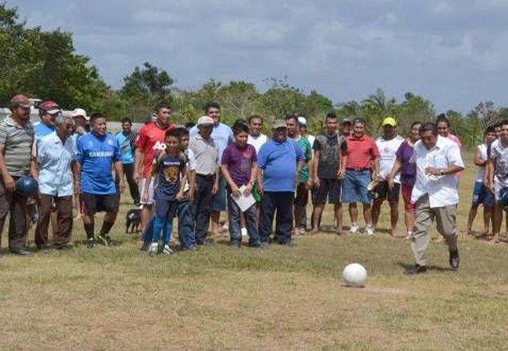 El presidente municipal Sebastián Uc Yam encabezó la inauguración del evento deportivo. (Redacción/SIPSE)