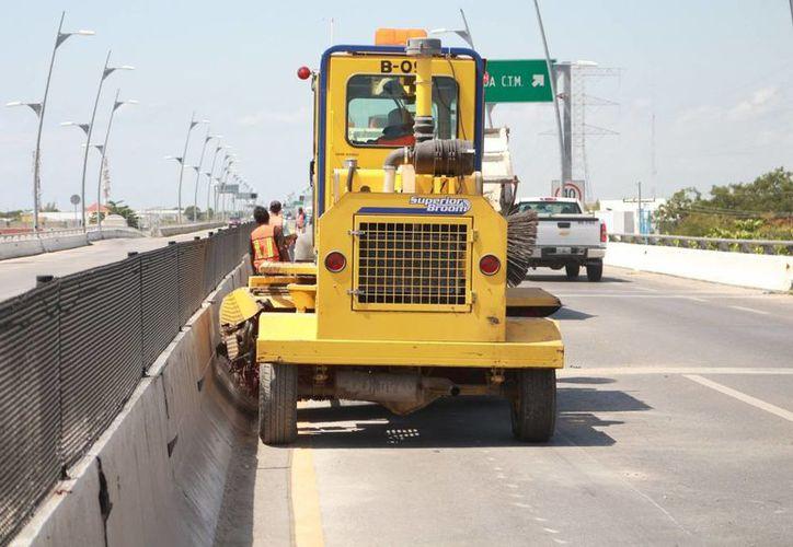 Las labores de repavimentación en los puentes están detenidas. (Adrián Barreto/SIPSE)