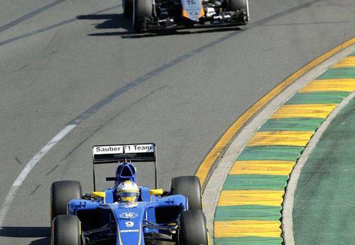 Sergio 'Checo' Pérez, de Force India, quien en la foto 'persigue' a Marcus Ericsson, de Sauber, sumó un punto en la primera carrera de la temporada de Fórmula 1 2015, en Australia. (AP)