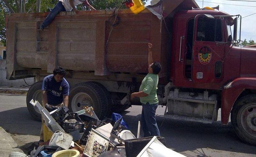 Voluntarios y brigadistas participan en el operativo de descacharrización en el oriente de la ciudad. (Milenio Novedades)