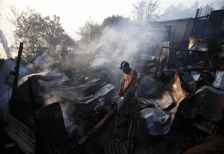 Existen focos de fuego en las afueras de Santiago de Chile que los bomberos no han logrado controlar. (AP/Luis Hidalgo)