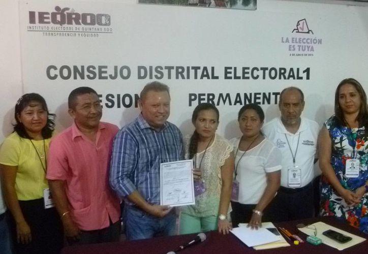 Emilio Jiménez Ancona cuando recibió su constancia en el Consejo Distrital. (Raúl Balam/SIPSE)