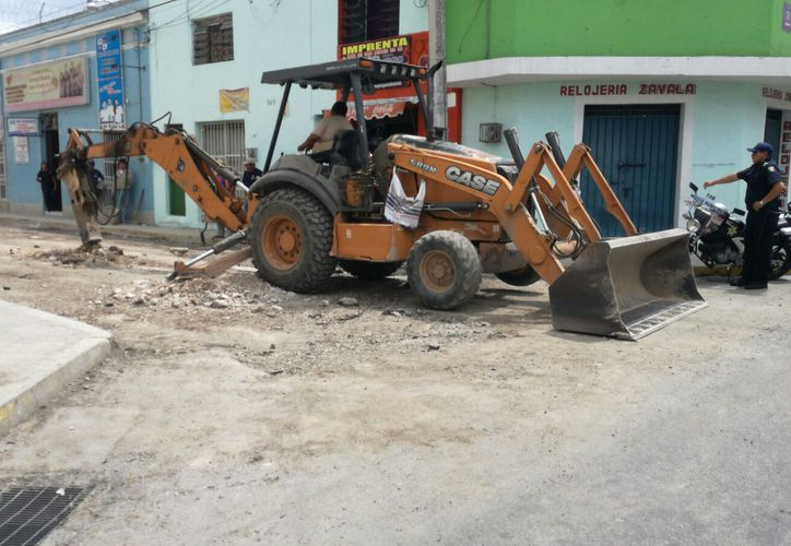 Trabajadores del INAH supervisan las excavaciones en el Centro de Mérida, en las calles 60 x 71 en la que se presume hay vestigios arqueológicos. (Katia Leyva/SIPSE)