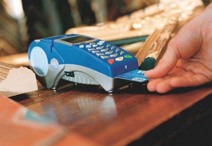 Los bancos tendrán que hacer modificaciones a sus terminales y cajeros automáticos para poder aplicar las tarjeras con chip. (Víctor Ruiz/SIPSE)