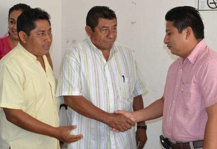 La toma de protesta al nuevo director fue realizada por el presidente municipal, profesor Sebastián Uc Yam. (Redacción/SIPSE)