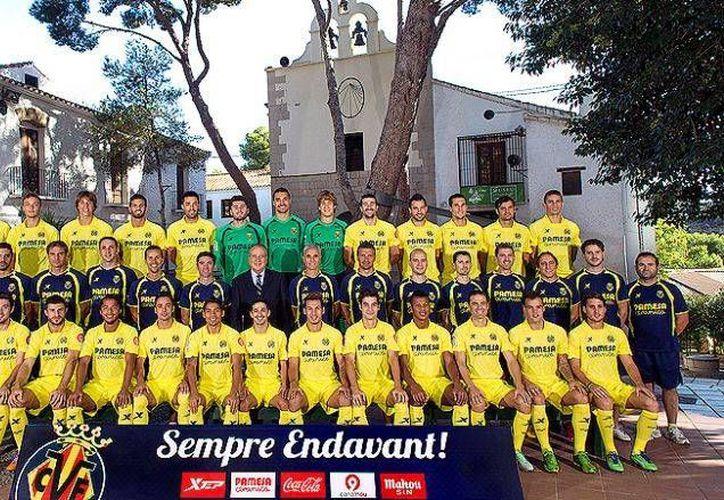 Gio y Aquino aparecen sentados en primer plano (de izquierda a derecha, en cuarto y sexto lugares). (villarrealcf.es)