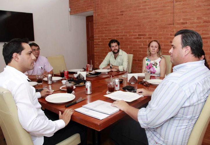 Álvaro Mimenza Aguiar dialogó con el alcalde electo de Mérida, Mauricio Vila (i), y le hizo entrega formal de un documento que contiene la información obtenida durante el proceso de Entrega-Recepción. (SIPSE)