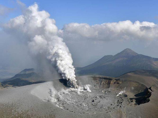Volcán 'despierta' después de 6 años y hace erupción