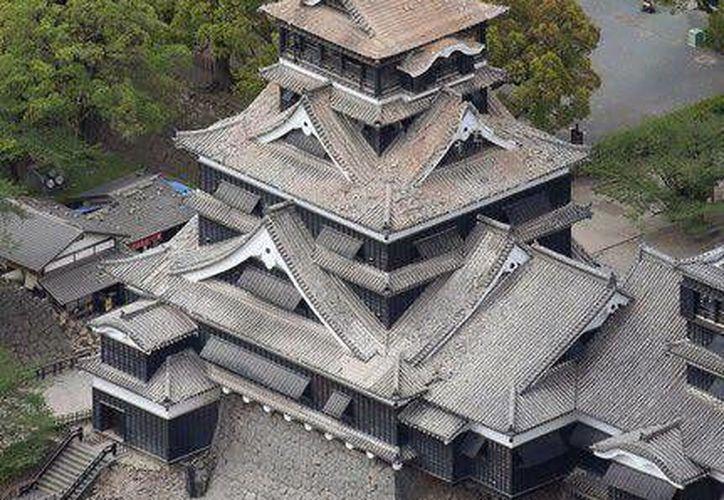 Los sismos en Japón han dañado la estructura del famoso castillo de Kumamoto. (Cortesía)