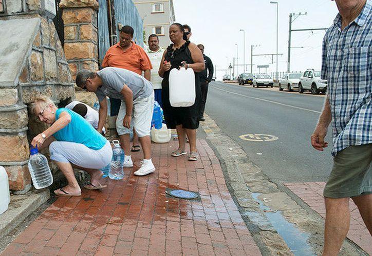 La escases llegó a Ciudad del Cabo, Sudáfrica, nuevas restricciones entrarán en vigor desde el 1 de febrero, anunció alcaldesa de la ciudad, Patricia de Lille. (Contexto/ Internet)