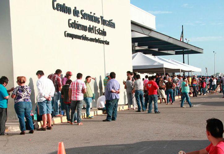 """Cerca del módulo de canje de placas, en el norte de Mérida, un comerciante vendía pólizas de seguro """"patito"""". El """"negocio"""" se les cayó cuando una persona denunció, ante la justicia, el fraude. (Archivo/SIPSE)"""