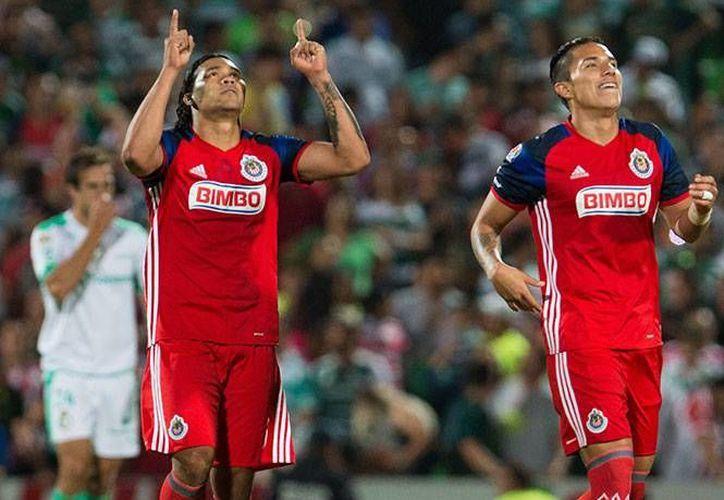 'Gullit' Peña fue el encargado de dar los tres puntos a las Chivas, luego de anotar el único tanto en el estadio de los laguneros.(Foto tomada de Facebook/Chivas)
