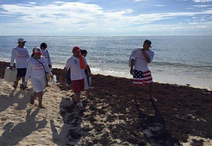 Los participantes concientizan a las personas para mantener limpias las playas. (Stephani Blanco/SIPSE)