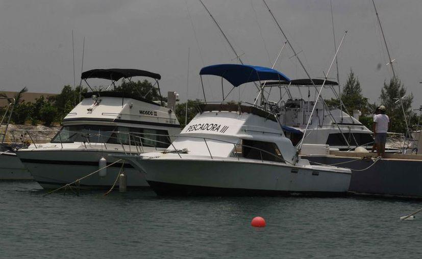 Los pescadores alistan sus embarcaciones para el próximo torneo de pesca. (Raúl Caballero/SIPSE)