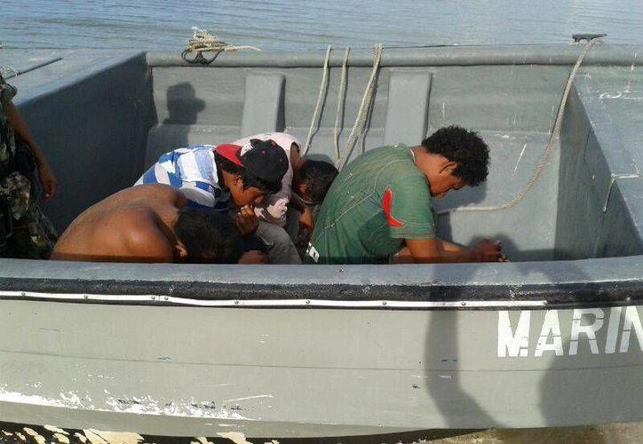 De acuerdo con investigadores, los pescadores yucatecos desconocen técnicas de inmersión para bucear especies. En la imagen, pescadores furtivos de pepino de mar capturados en Dzilam Bravo. (SIPSE)
