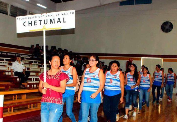 Los deportistas del XL Evento Prenacional Deportivo Tecnológico Nacional de México en la Zona Sureste desfilaron, antes de la inauguración de la justa, ayer en el Tecnológico de Mérida. (Milenio Novedades)