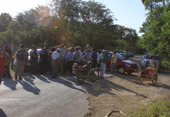 Ejidatarios de Calderitas bloquearon por tres horas el camino que conduce al basurero municipal. (Ángel Castilla/SIPSE)