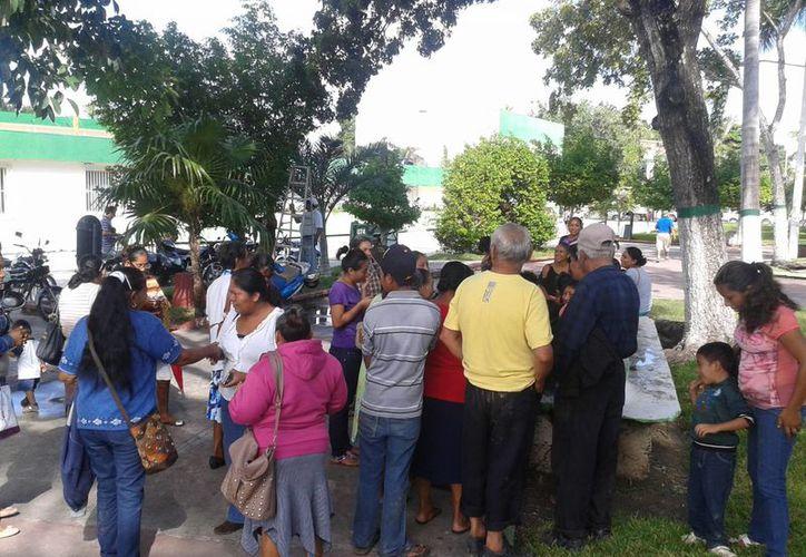 Alrededor de 100 antorchistas le llevaron al presidente municipal de Othón P. Blanco, pliego petitorio; los recibirán en el ayuntamiento el próximo lunes. (Harold Alcocer/SIPSE)