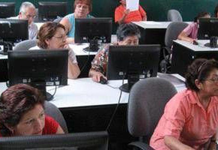 Algunas escuelas de computación, imparten clases de inglés. (Contexto/Internet)