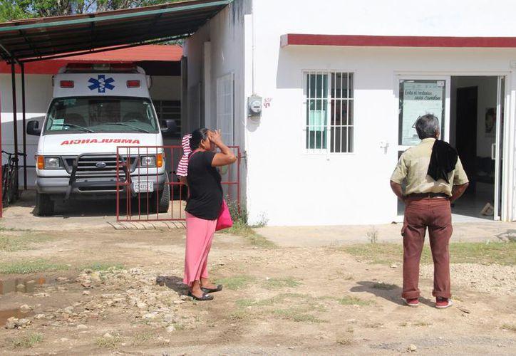 La ambulancia de la comunidad Álvaro Obregón permanece estacionada pues nadie está capacitado para manejarla. (Carlos Castillo/SIPSE)