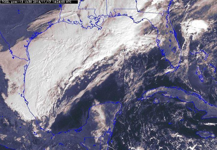 El frente frío 12 se ubicaba esta mañana en el centro del Golfo de México, con desplazamiento hacia la Península de Yucatán. (SIPSE)