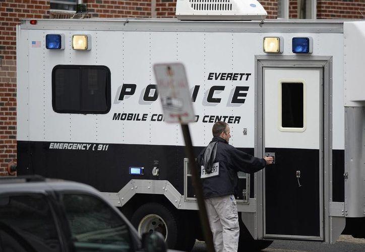Un oficial del FBI durante un operativo para registrar la casa de un hombre investigado por la Fuerza Conjunta Contra el Terrorismo, en Everett, Massachusetts EU. (EFE)