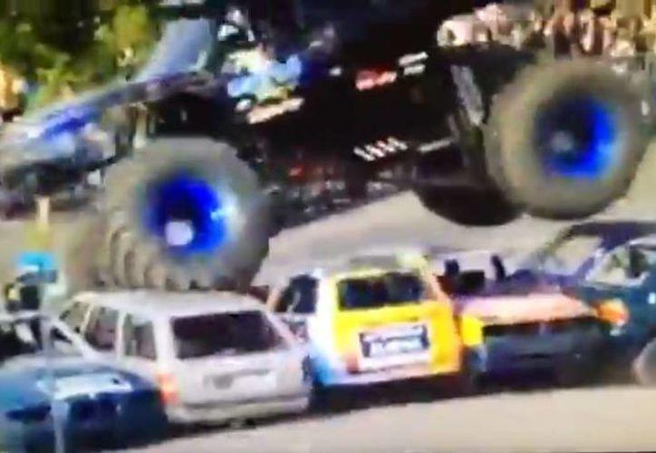 Los organizadores del espectáculo señalaron que el vehículo pudo haber presentado desperfectos con los frenos. (Captura de pantalla/YouTube)