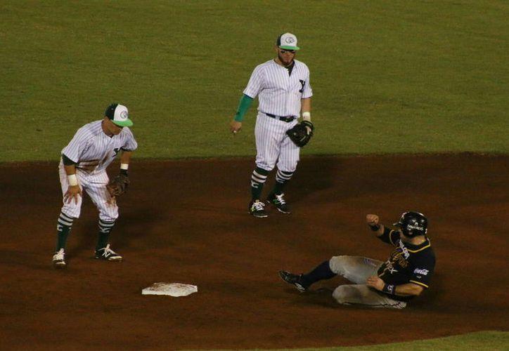 Leones de Yucatán perdió ante Rieleros de Aguascalientes, en el primer juego de la serie en el parque Kukulcán. (Fotos: José Acosta/SIPSE)