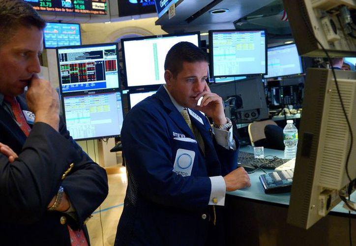 Empleados y corredores de Wall Street. (EFE)