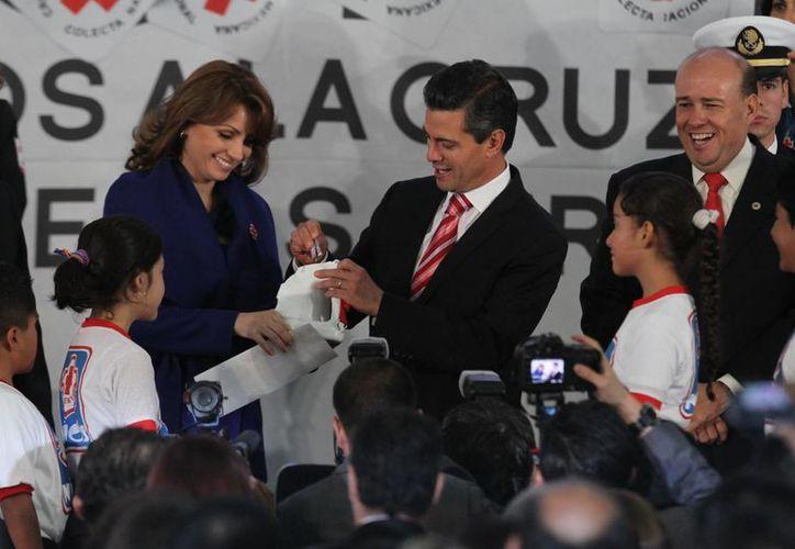 Peña Nieto depositó su donativo para la Cruz Roja. (Notimex)