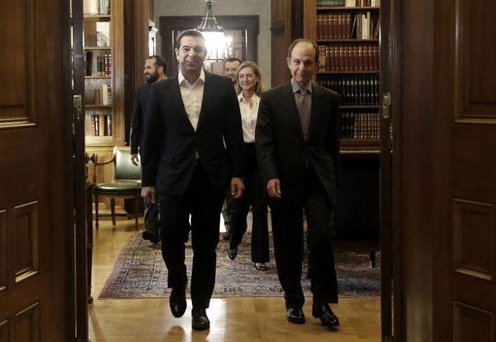 El líder izquierdista Alexis Tsipras (izda) llega a la reunión con el presidente griego Prokopis Pavlopoulos en el palacio presidencial de Atenas, Grecia, para recibir el mandato de formar Gobierno. (EFE)