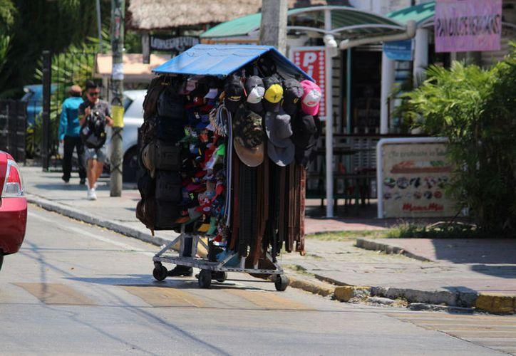 Los comerciantes establecidos consideran que el ambulantaje crea escenarios para la comisión de delitos. (Adrián Barreto/SIPSE)